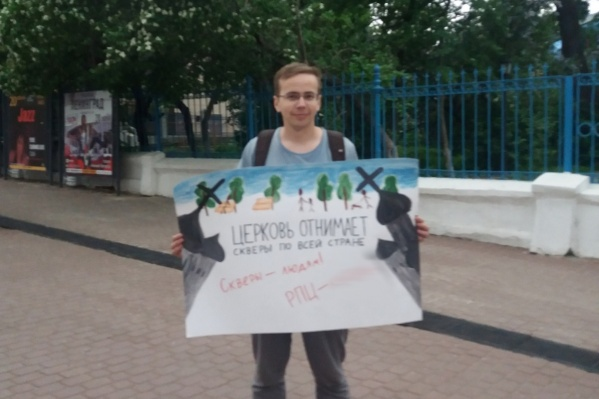 По словам очевидцев, в центре Нижнего Новгорода с плакатами стоят двое ребят