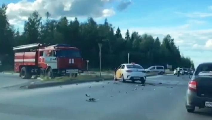 На Восточном обходе такси столкнулось с автобусом: видео
