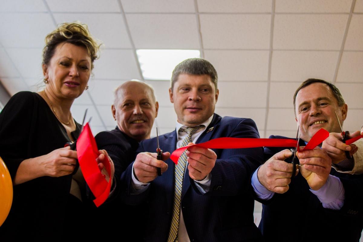 На открытии собрались местные чиновники во главе с мэром Чулыма Андреем Степановым (первый справа)