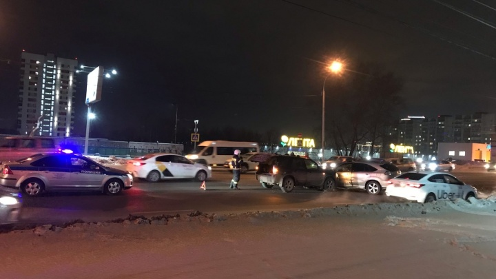 «Женщину с ребенком на скорой увезли»: на Большевистской столкнулись 6 машин