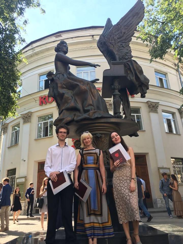 После вручения дипломов с сокурсниками-композиторами Сергеем Морозовым и Анастасией Фоминой. Татьяна в центре