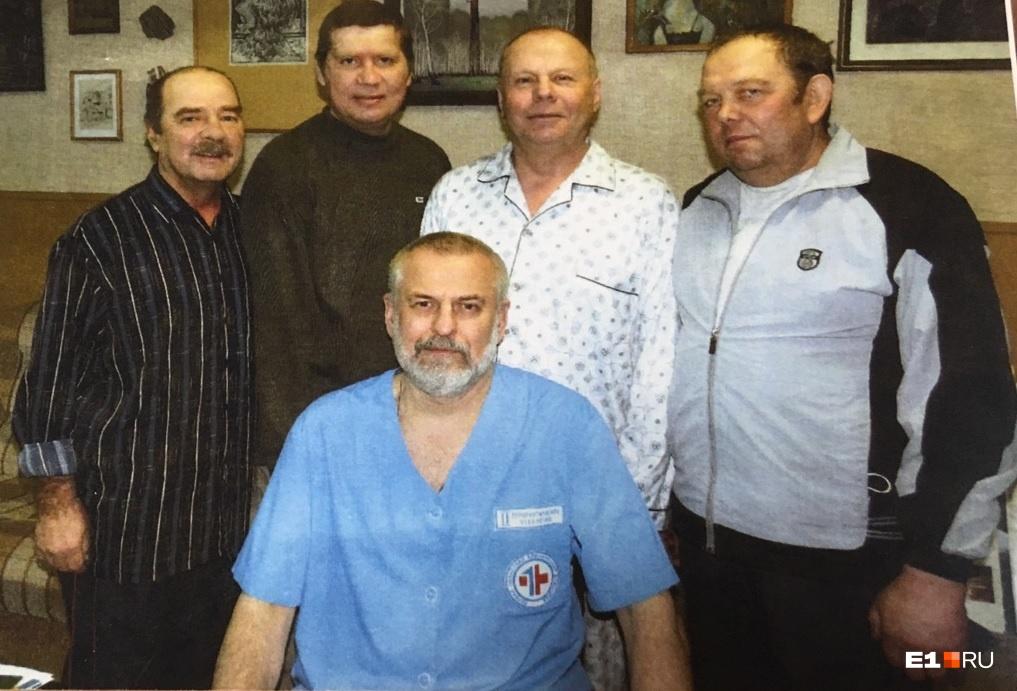 Александр Иофин (сидит) со своими пациентами, которым была проведена трансплантация сердца