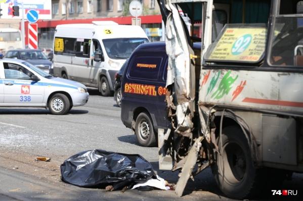 В ДТП погиб человек, переходивший дорогу по пешеходному переходу. Автокран, у которого отказали тормоза, сбил его, а затем протаранил стоявшие на остановке маршрутки<br>