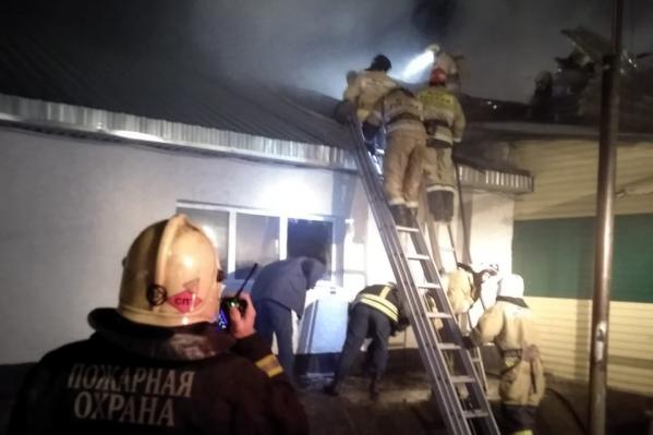 Огонь вспыхнул на крыше одноэтажного здания