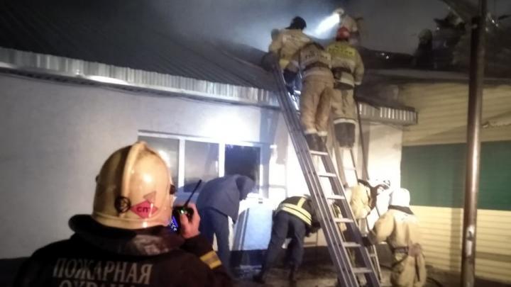 Под Уфой произошел пожар, у здания загорелась кровля