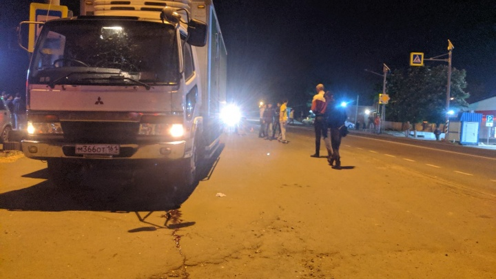 На трассе под Новочеркасском грузовик сбил двух человек