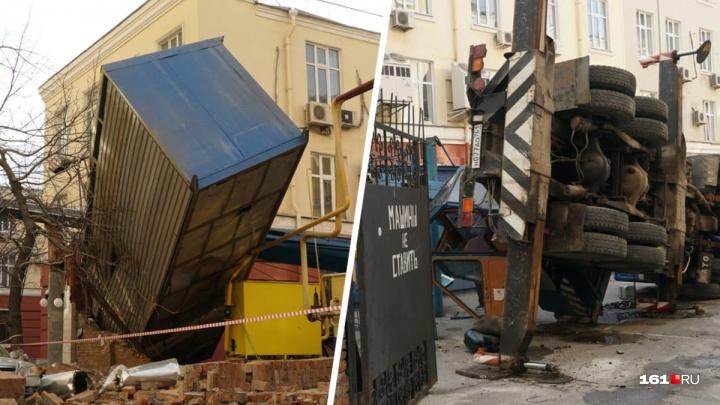 В центре Ростова на здание упал автомобильный кран