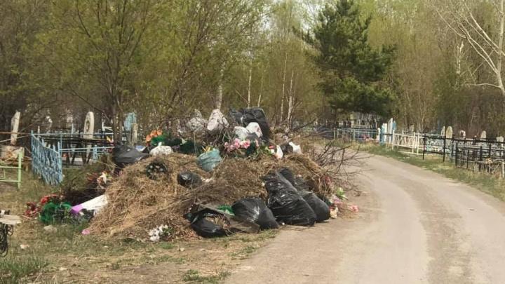 С июля на могилах кладбища Лесосибирска лежат поваленные деревья и кучи мусора