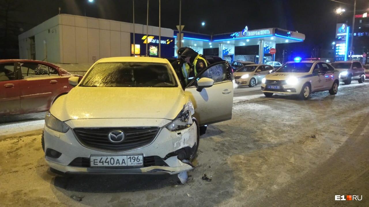 Удар пришелся в правый бок Mazda