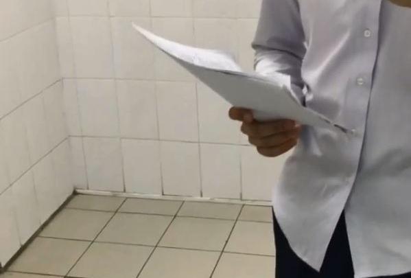 Школьник снял себя на видео в туалете с заданием по ЕГЭ. Чиновники не верят и считают это подлогом