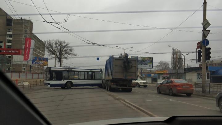 Рядом с заводом «Ростсельмаш» в Ростове пассажирский автобус влетел в грузовик