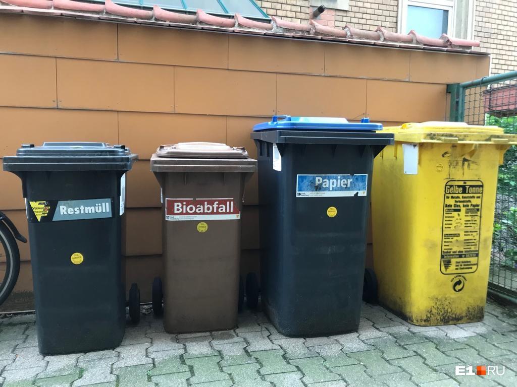 Много разных контейнеров для рассортированного мусора в Германии