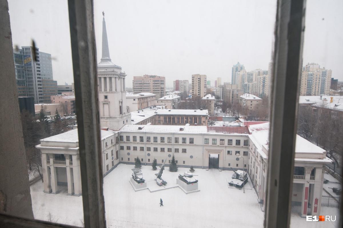 Из окна подъезда виден Окружной дом офицеров