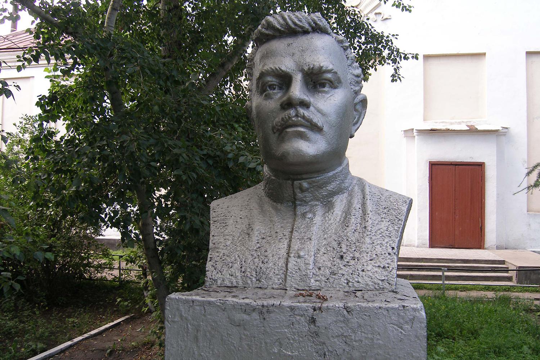 Памятник Михаилу Венгерову, поставленный односельчанами
