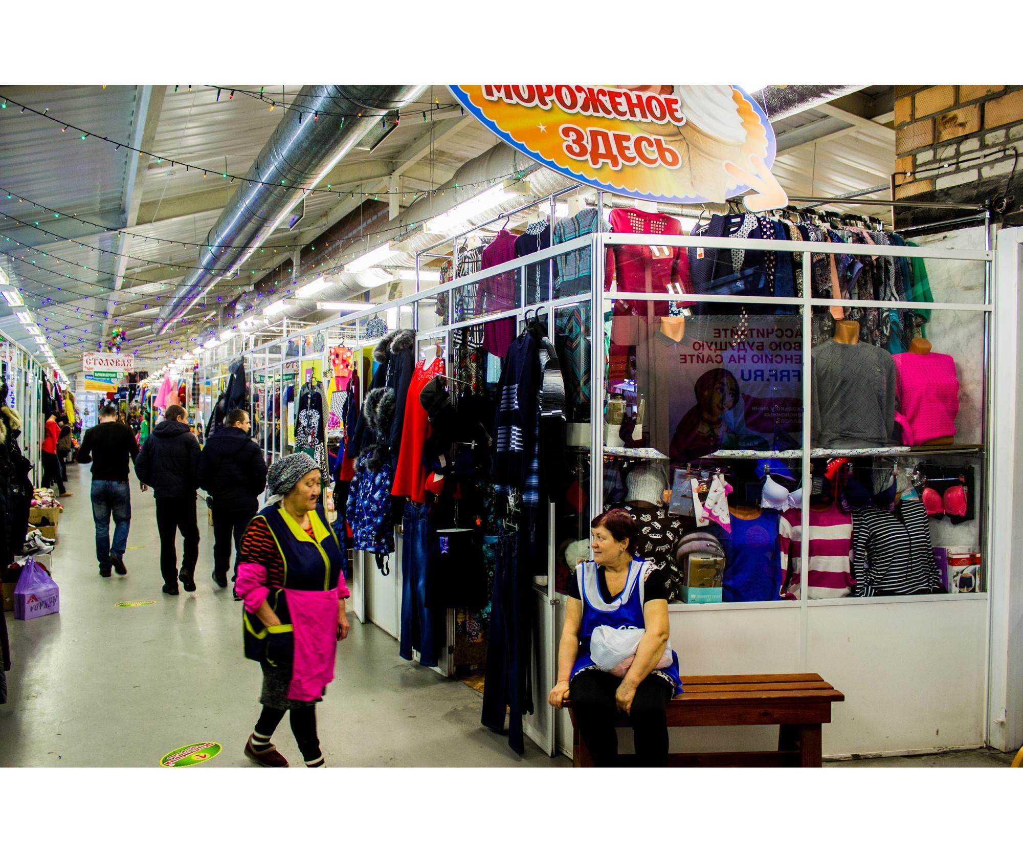 На рынке можно купить всё: шапки, кофты, мясо, салаты, мороженое