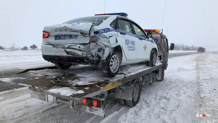 На трассе под Екатеринбургом в машину экипажа ДПС, помогавшего людям, врезалась иномарка