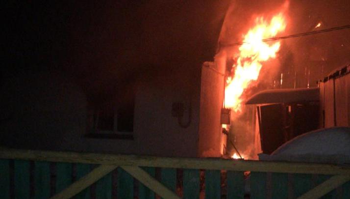 В Башкирии женщину спасли из охваченного огнем дома