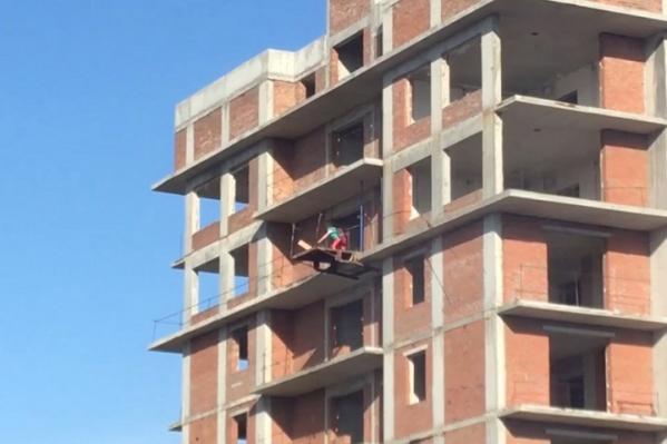 Дети играют на 16-м этаже долгостроя