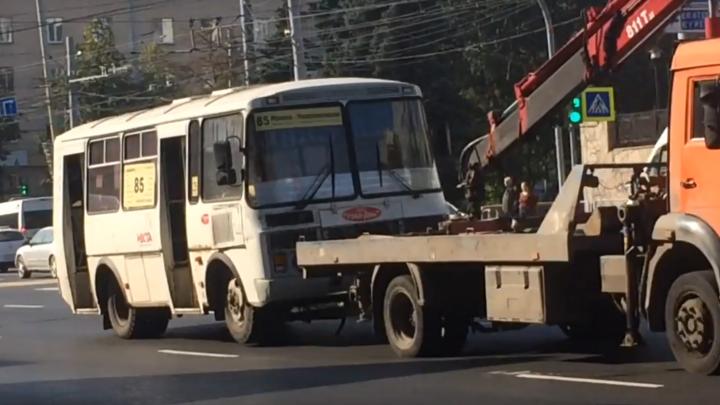 Подцепить и наказать: смотрим, как в Челябинске эвакуируют большие маршрутки