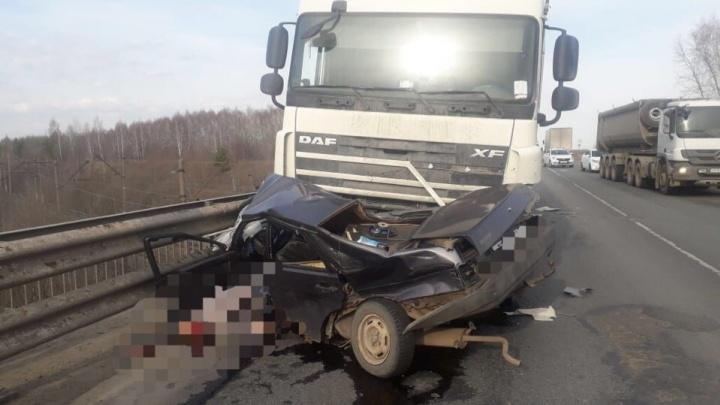 Отечественную машину сложило пополам: под Уфой столкнулись фура и ВАЗ-2199, водитель погиб