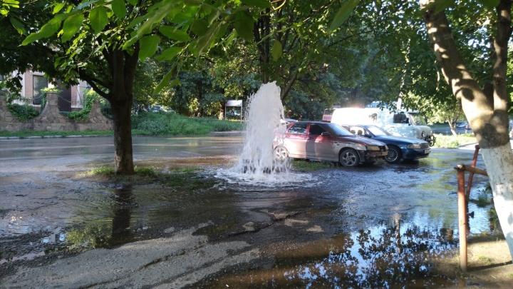 «Когда устраним утечку? Сегодня навряд ли»: в Таганроге третий день бьет коммунальный фонтан