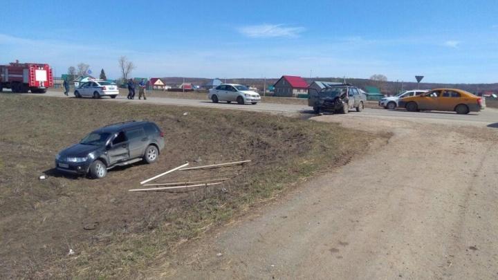 В Башкирии водитель Mitsubishi Pajero влетел в отечественное авто, есть погибший