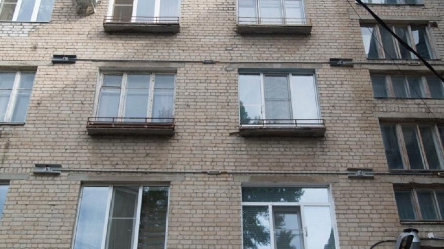 «Мать держала её, но вытащить не смогла»: в центре Волгограда женщина выпала с седьмого этажа