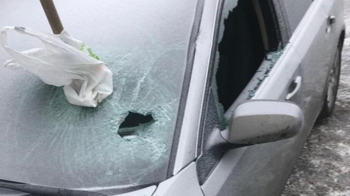 Хулиганы, разбившие ледорубом Cadillac в Екатеринбурге, попали на видео