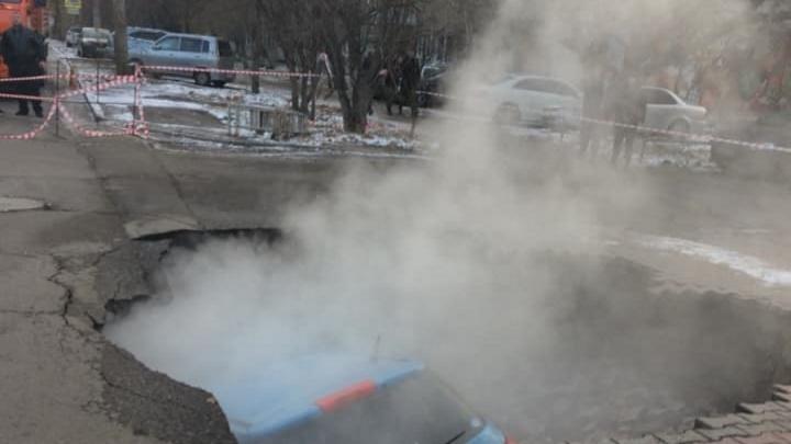 Устранён порыв трубопровода на Мичурина, где под землю провалилось авто. В дома вернули тепло