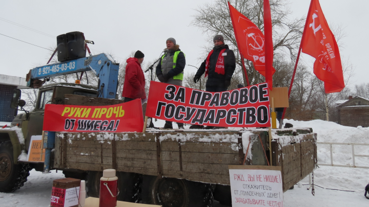Плакат «мы не крысы» и поганая метла: фото из Котласа, где митинговали против «мусорного беспредела»