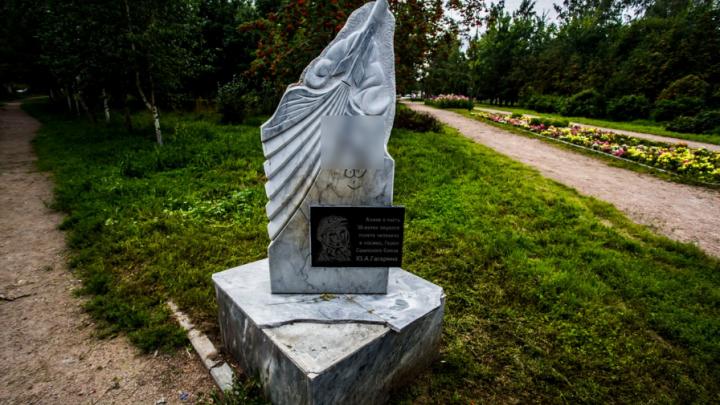 Вандалы расписали памятник Гагарину неприличными рисунками