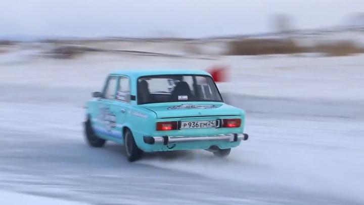 ГИБДД разогнала дрифтеров со льда карьера в Песчанке под предлогом нарушений правил