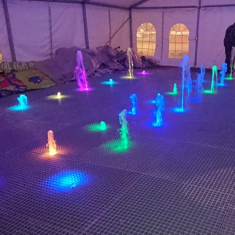 Сейчас жители Академгородка уже могут увидеть, как работает музыкальный фонтан — особенно эффектно он смотрится по вечерам