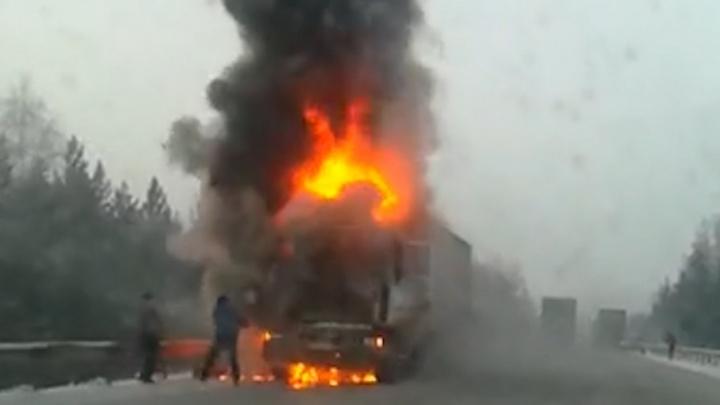 Под Челябинском из-за загоревшейся фуры трасса М-5 встала в пробке