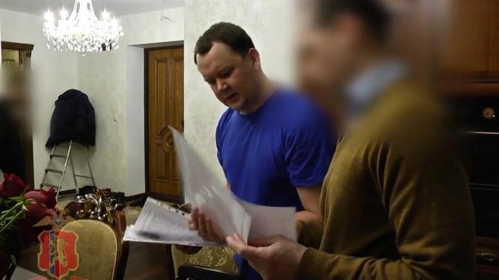 Подозреваемый во взятках депутат босой водил следователей по квартире при обыске