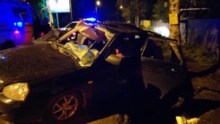 Врезался в дерево: в Ярославле спасатели доставали мужчину из раскуроченной машины