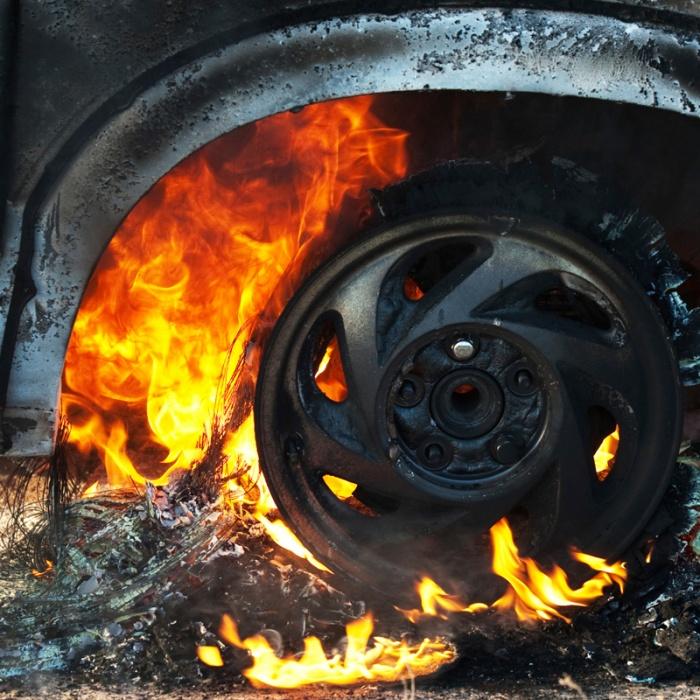 В Кузбассе должник по кредиту при приставе поджёг свою машину