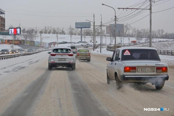 Сегодня с утра на дорогах в Красноярске много снега и гололед