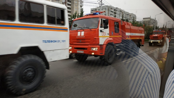 Вереница пожарных машин из Кемерова и Хакасии едет по Красноярску. Их отправляют тушить лес