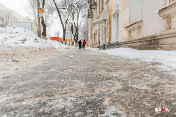 Ходить по тротуарам самарцам рекомендуют осторожно