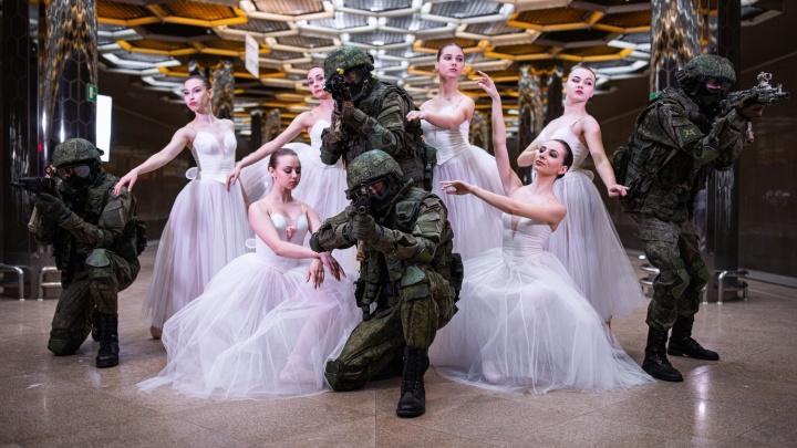 В метро Екатеринбурга военные с автоматами устроили фотосессию с балеринами