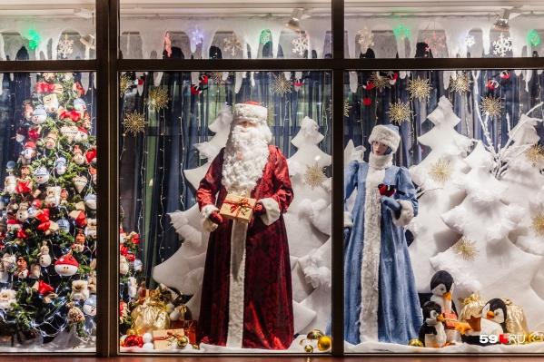 Деда Мороза и Снегурочку в эту волшебную ночь можно встретить везде: в витринах магазинов, в ледовых городках, на площадях и в парках