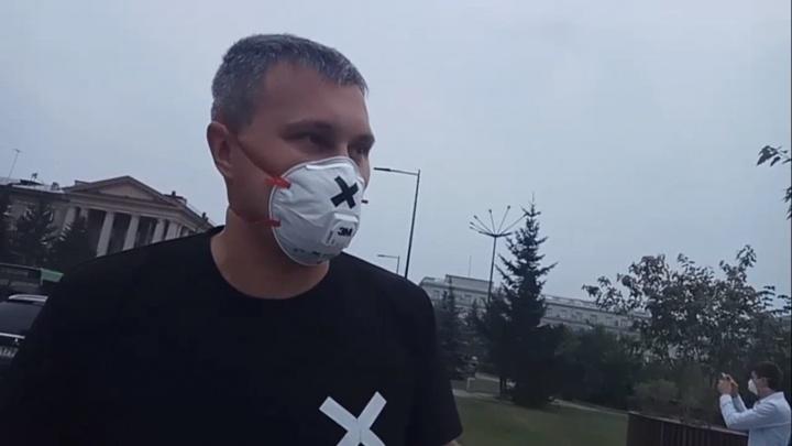 Красноярцы в респираторах вышли протестовать против смога к зданию правительства края