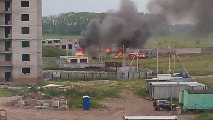 Пожар! В Башкирии горит здание на стройплощадке