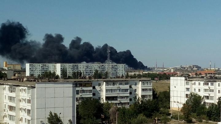 В Волжском пожар в промзоне взяли в кольцо: гектар земли с автопокрышками заливают водой