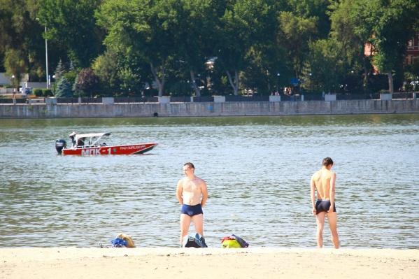 Ростовчане спасаются от жары на берегу Дона