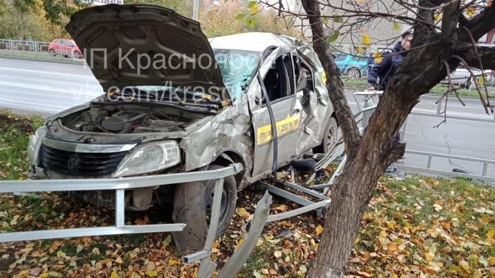 Водитель машины такси врезался в ограждение на 60 лет Октября и сбежал