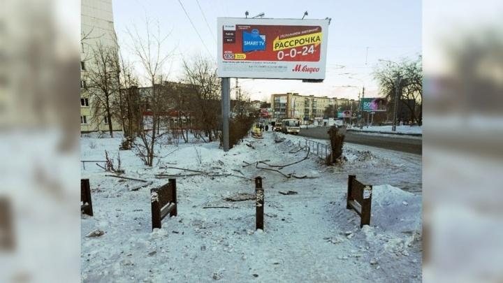 Снёс ограду и холодильник: в Челябинской области рецидивист разбился на иномарке