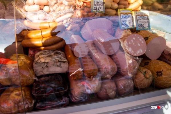Подозреваемый пытался вынести колбасу под верней одеждой