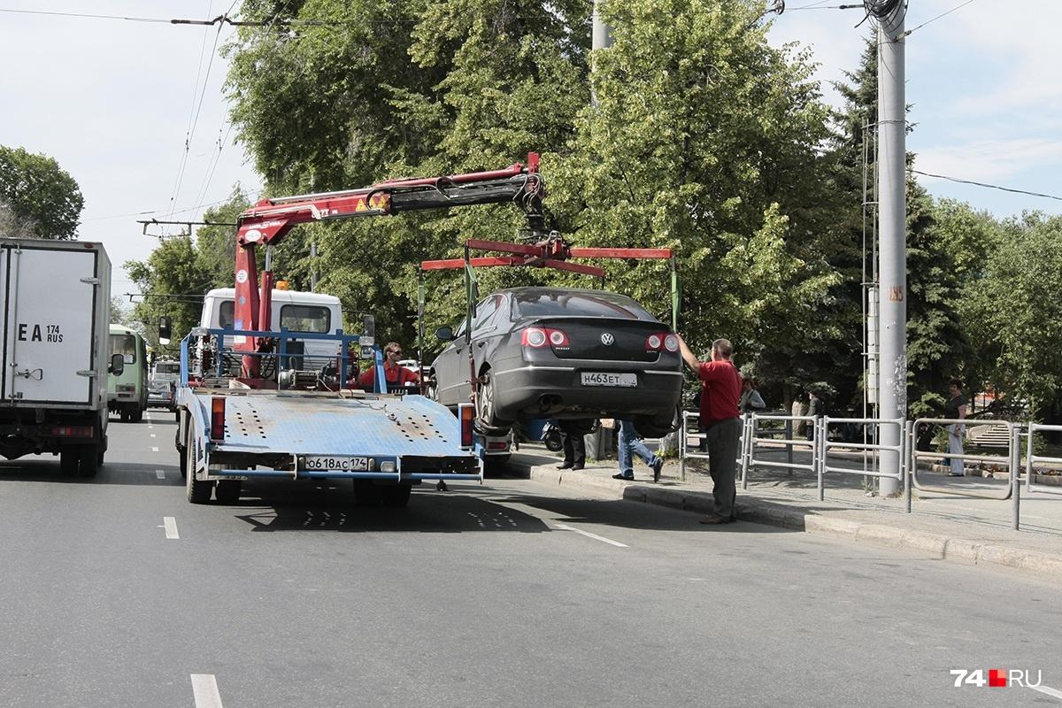 Водитель успел подойти к машине, когда она уже висела на стропах — эвакуацию нужно прекращать